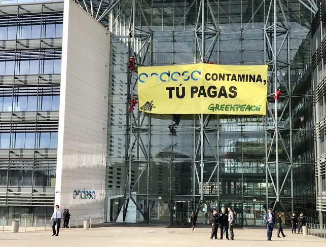 activistas-greenpeace-despliegan-iberdrola-madrid_ediima20170330_0163_19