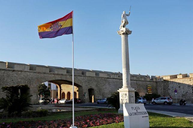 cortan-bandera-republicana-ayuntamiento-cadiz_ediima20170407_0042_19