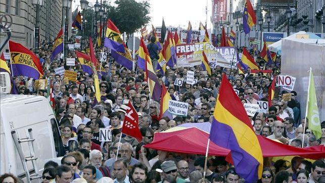 miles-manifestantes-reclaman-referendum-monarquia_ediima20140607_0455_25