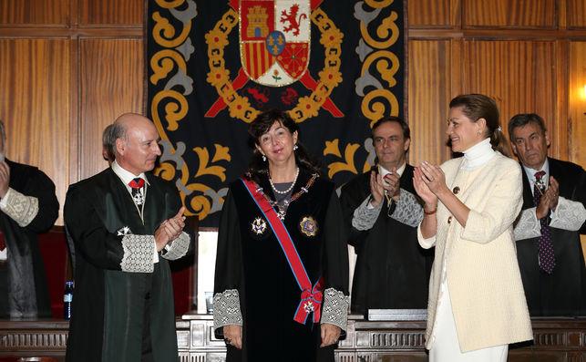 cospedal-aplaude-concepcion-espejel-condecorarla_ediima20150615_0926_31