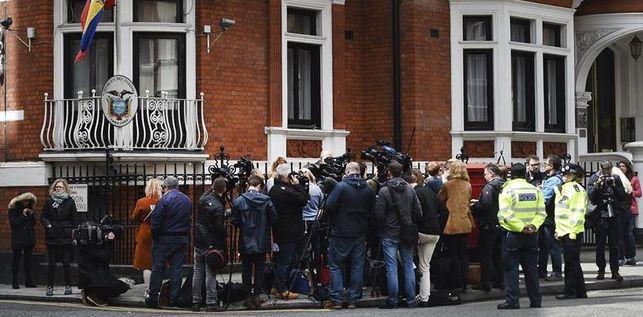 policia-britanica-detendra-assange-embajada_ediima20170519_0362_19