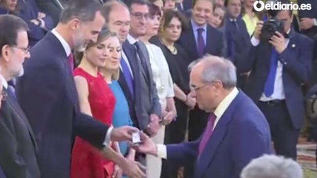 martin-villa-recibe-medalla-manos_ediima20170628_0351_4
