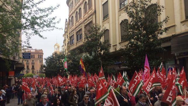 varios-personas-manifiestan-andalucia-pensiones_ediima20180415_0284_4
