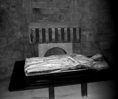 siglos-x-xi-sepulcros-romc3a1nicos-de-ermessenda-de-carcassona-y-se-bisnieto-ramon-berenguer-ii-conde-de-barcelona-bn