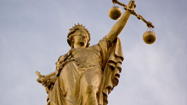 estatua-representa-justicia-brujas-belgica_ediima20141103_0431_26